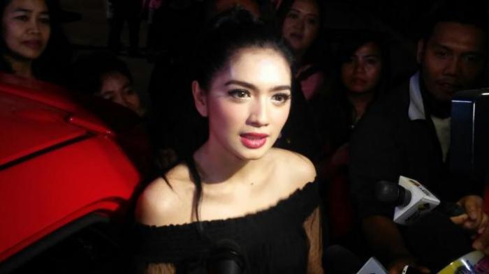 Angel Karamoy diabadikan usai mengisi acara sebuah program televisi di kawasan Taman Mini Indonesia (TMII), Jakarta Timur, Sabtu (16/1/2016) malam.