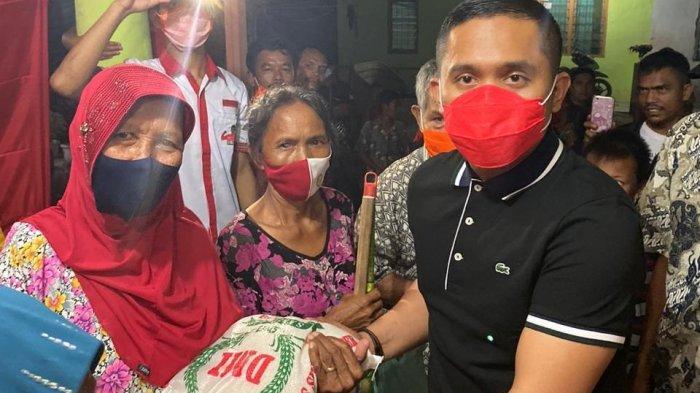 Anggota DPRD Sumut Fraksi PDI Perjuangan, Kiki Handoko Sembiring SH MKn saat memberikan bantuan kepada korban banjir di Perumahan Taman Sari Dusun XII, Desa Bangun Sari Baru, Kecamatam Tanjung Morawa, Deliserdang, Jumat (11/12/2020).