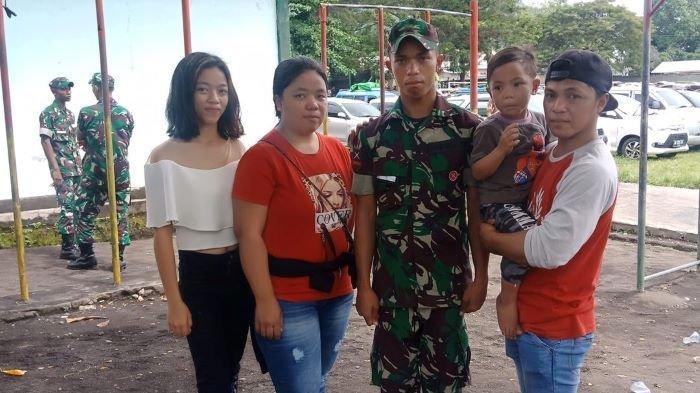 Anggota Yonif Raider 715 Candra Kumarlo semasa hidup bersama keluarga