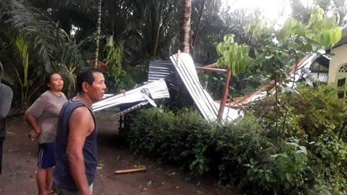 Puluhan Rumah di Dolok Masihul Dihantam Angin Kencang, Atap Copot hingga Pohon Menimpa Rumah