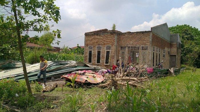 Rumah milik Suparman di Desa Amplas, Kecamatan Percut Seituan hancur diterjang angin puting beliung, Kamis (8/4/2021).(TRIBUN MEDAN/FADLI)