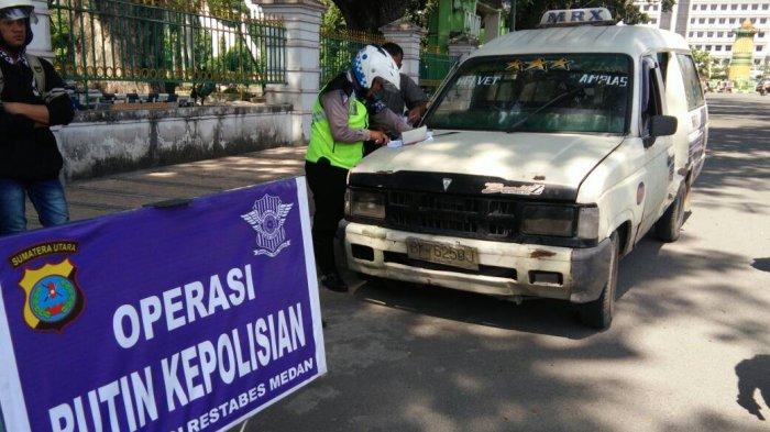 Polisi Lalu Lintas Melakukan Ini Untuk Menekan Angka Kecelakaan - angkot-di-tilang-polisi-tribun_20170428_140316.jpg