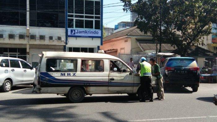 Polisi Lalu Lintas Melakukan Ini Untuk Menekan Angka Kecelakaan - angkot-ditilang-polisi-tribun1_20170428_140153.jpg