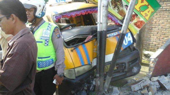 Tabrakan Beruntun di Jalan Sisingamangaraja, Arus Lalu Lintas Padat Merayap - angkot-tabrak-tiang-telkom-tribun_20170411_093851.jpg