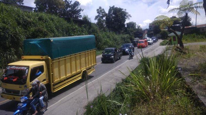 Arus Lalulintas Kabanjahe-Tigapanah Macet, Satu Unit Truk Pembawa Pupuk Patah As di Tengah Jalan