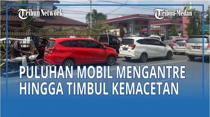 Puluhan Mobil Rela Antre untuk Beli BBM Premium