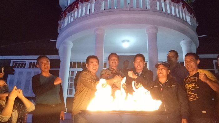 Wakil Bupati Simalungun, Amran Sinaga bersama perwakilan Inasgoc Sarman Simanjorang menghidupkan api Mini Caldron di Rumah Pesanggrahan Soekarno.