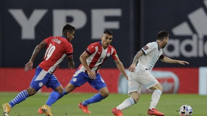 Pemain Argentina Lionel Messi (kanan) membawa bola di sebelah Dario Lezcano (kiri) dan Junior Alonso dari Paraguay pada pertandingan Argentina vs Paraguay dalam Kualifikasi Piala Dunia 2022 di Stadion La Bombonera di Buenos Aires pada 12 November 2020.