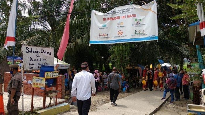 BREAKINGNEWS Warga Tunggu Sandiaga Uno di Pantai Labu, Mak Beti Ikut Meriahkan Acara