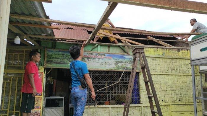 Kisah Pedagang Nasi Korban Angin Puting Beliung, Seng Terbang Hingga Makanan Penuh Air