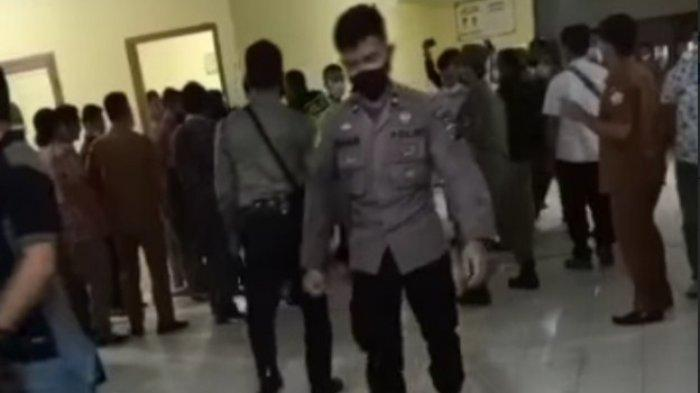 Polisi Tendang Demonstran di DPRD Nisel, Kapolres Minta Maaf