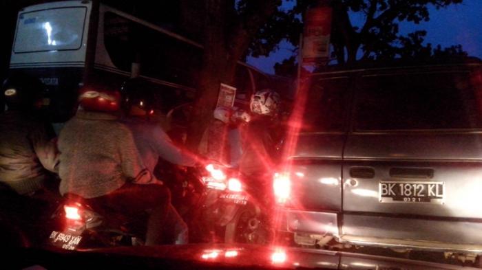 Macet Total di Amplas, Sopir Mengeluh Petugas Polisi Tak Terlihat