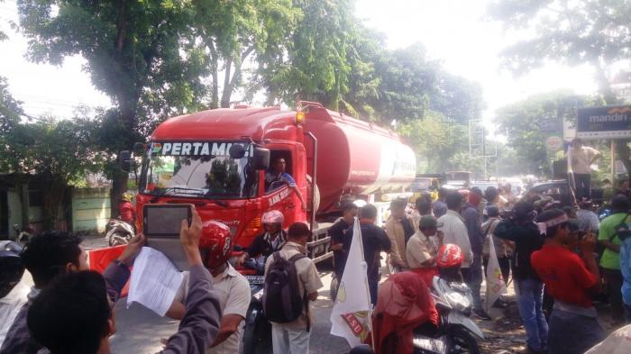 Massa SP2MLSU Demo Jalan Kol Yos Sudarso Macet