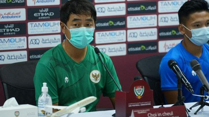 Asisten pelatih Timnas Indonesia, Choi In-cheol dalam konferensi pers jelang laga melawan Uni Emirat Arab di Stadion Zabeel, Dubai, Jumat (11/6/2021).
