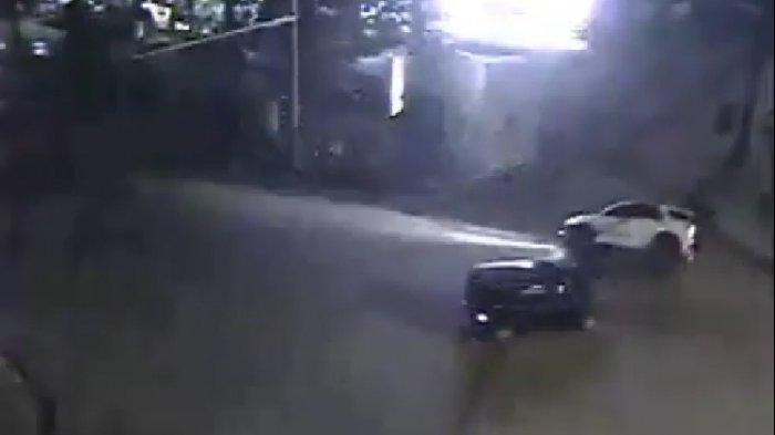 Alamak, Saling Kebut Dua Mobil MPV Ini Ketemu di Persimpangan dan Lihat Kondisi Setelahnya
