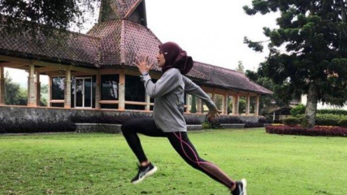 ATLET atletik Agustina Mardika Manik saat latihan di Bandung jelang PON Papua.