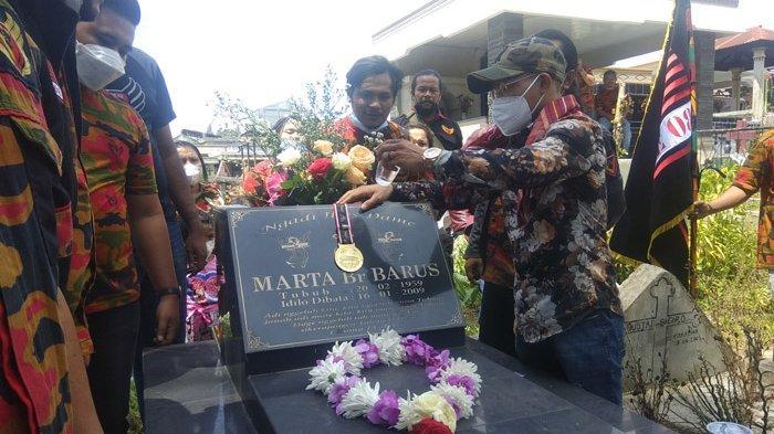 Raih Medali Emas di PON Papua, Atlet Wushu Brando Mamana Kalungkan Medali ke Makam Sang Ibu