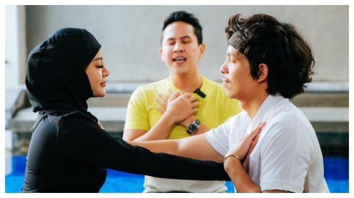 Atta Halilintar dan Aurel Hermansyah lekukan yoga kamasutra, Selasa (4/5/2021).