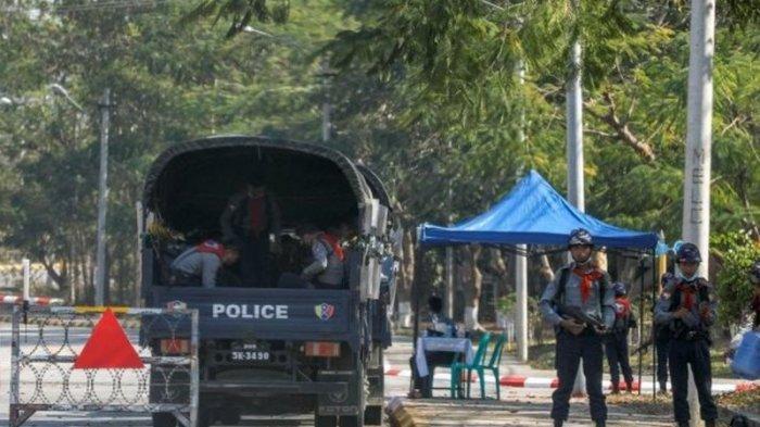 Polisi berjaga-jaga di dekat gedung parlemen di Naypiydaw, Jumat (29/01).