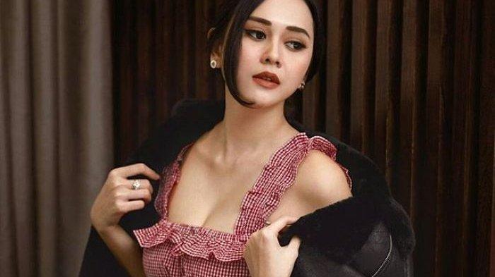 Salah satu pose seksi Aura Kasih di sampul majalah Maxim Indonesia.   Instagram/@maximindonesia. (Grid.Id)