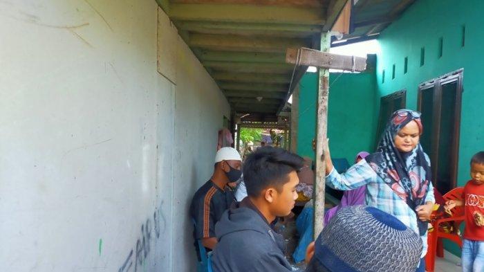 SUASANA di rumah duka korban Rizka Fitria (21) di Lorong V Kelurahan Bagan Deli, Medan Labuhan.