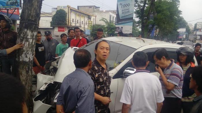 Alami Kecelakaan Tunggal, Mobil Avanza Ringsek di Jalan Gatot Subroto