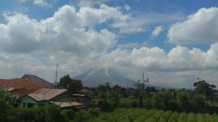 Gunung Sinabung Kembali Luncurkan Awan Panas Guguran ke Arah Timur dan Tenggara