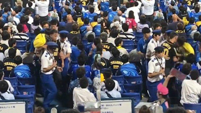 Pria Fans Bisbol Ini Tega Campakkan Anaknya Sendiri saat Bertengkar dengan Suporter Tim Lawan