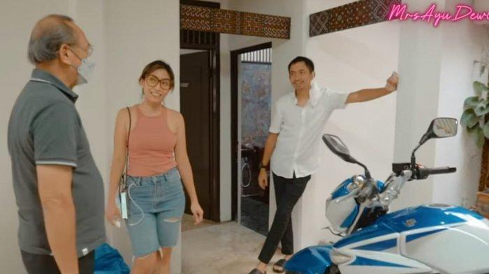 Ayu Dewi dan suami saat memberikan motor untuk ayahnya