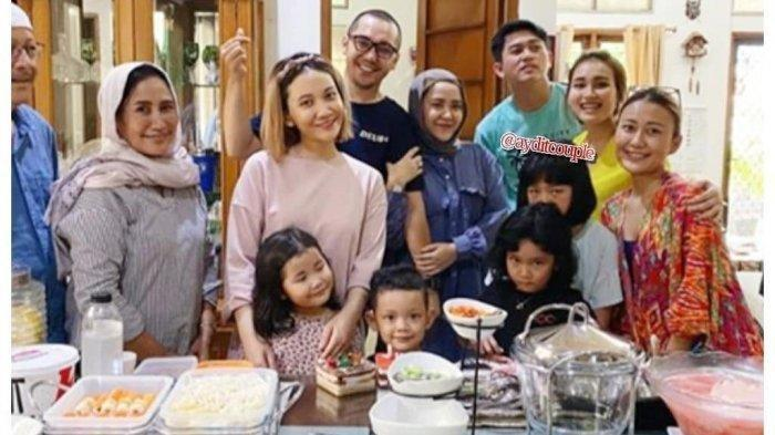 Ayu Ting Ting bersama keluarga Adit Jayusman