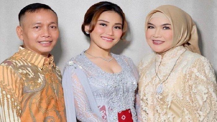 Ayu Ting Ting dan orang tuanya, Abdul Rozak dan Umi Kalsum. Abdul Rozak Ogah Kalah Bening dari Ayu Ting Ting Meski Sudah Berumur, Kepergok Hamburkan Uang Demi Penampilan