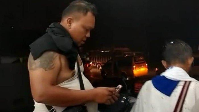 Massa pendukung Moeldoko tertangkap kamera usai menerima uang dari seorang koordinator, Jumat (5/3/2021) malam. Bagi-bagi uang ini dilakukan di depan gerai waralaba, persisnya di depan Grreen Hill Sibolangit.