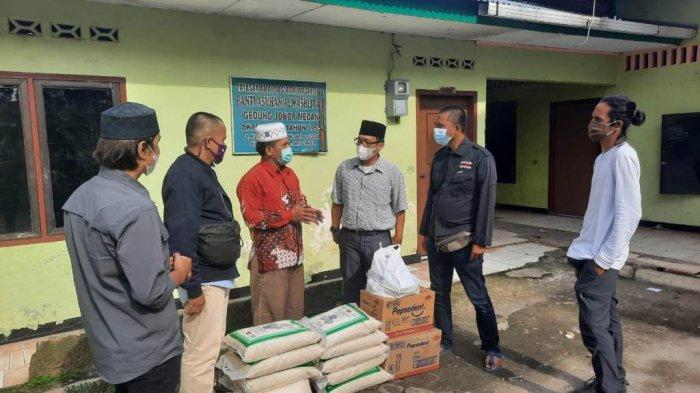 PFI Medan bekerjasama dengan XL Axiata menyerahkan paket sembako dan peralatan mandi ke Panti Asuhan Yayasan Amal Sosial Al Washliyah Jalan Karya Jaya,Medan, Jum'at (7/5).TRIBUN MEDAN/RISKI CAHYADI