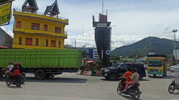 Jelang Perayaan Natal dan Tahun Baru, Jalanan Kota Balige Macet hingga 100 Meter