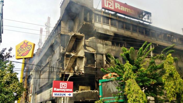 12 Jam Terbakar, Gedung Aksara Roboh
