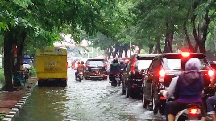 Pintu IV USU Banjir, Jalan dr Mansyur Macet