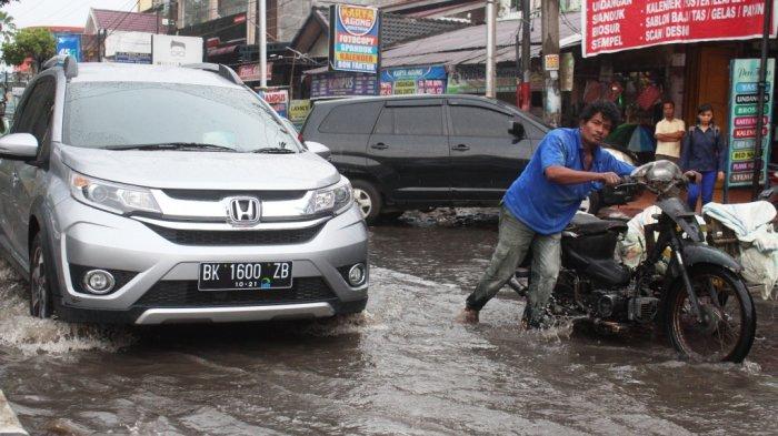Pengendara Kesulitan Menembus Banjir, Hindari Melintas di Jalan Dr Mansyur