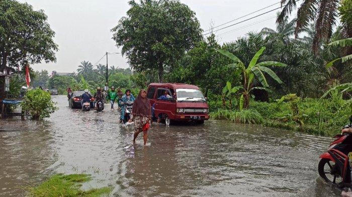 Hujan Deras Sejak Tadi Malam Jalan Meteorologi Raya Medan Tembung Terendam Banjir Tribun Medan