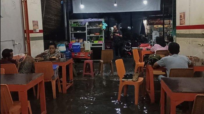 Curah Hujan Tinggi, Beberapa Toko dan Rumah di Kisaran Tergenang Banjir