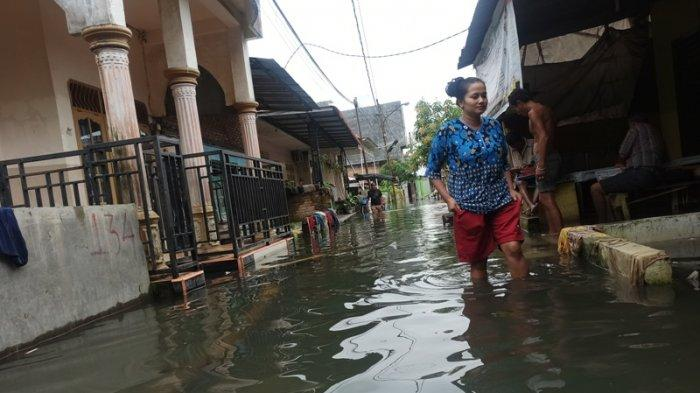 KONDISI banjir selama 1,5 bulan di Gang Subur Lama, Kampung Baru, Kecamatan Medan Maimun, Senin (18/1/2021). Imbas dari genangan air ini membuat ekonomi warga lumpuh dan mulai dijangkiti penyakit kulit.