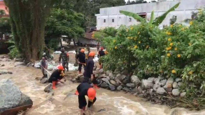 BANJIR PARAPAT - Personel SAR Brimob Polda Sumut dipimpin diturunkan guna membantu proses evakuasi maupun pembersihan jalan yang ditutupi oleh lumpur, Jumat (14/5/2021). (TRIBUN MEDAN/ARJUNA BAKKARA)