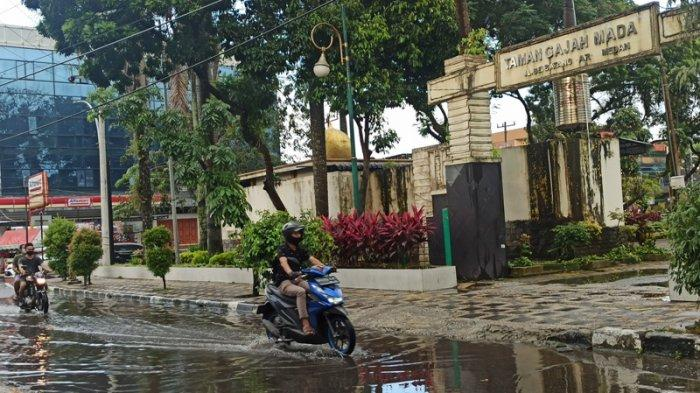 Tergenang Air Saat Hujan, Warga Kewalahan Saat Melintas di Jalan Sei Batang Serangan