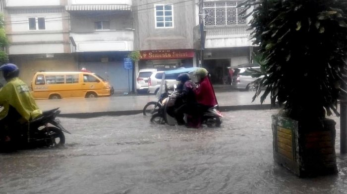 Hujan Deras, Hati-hati Melintas di Jalan Sutomo Ujung, Badan Jalan Seperti Aliran Sungai