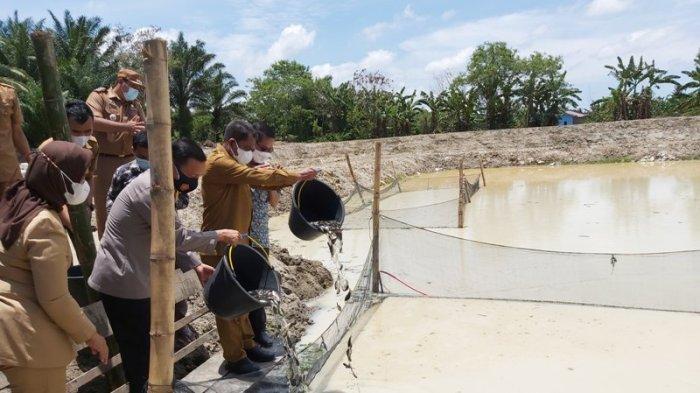 Regal Springs Indonesia Serahkan Ratusan Ribu Bibit Ikan Nila