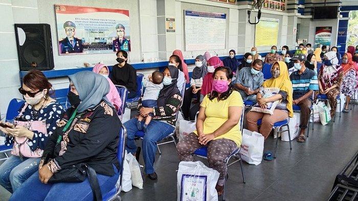 Warga penerima bantuan sosial berupa sembako menunggu di Kantor Imigrasi Kelas I Khusus TPI Medan, Kamis (29/7/2021)