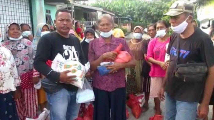 TANGIS Oppung Rusmini Terima Bantuan Sembako dari Tim 11 Jurnalis Medan Utara