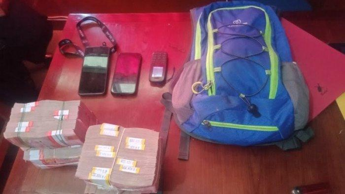 Barang bukti disita dari Neson Murib pelaku penjual senjata api dan amunisi ke KKB Puncak Jaya, Papua, yang ditangkap Satgas Operasi Nemangkawi, Selasa (15/6/2021).