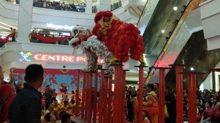 Barongsai Bagi-bagi Jeruk di Centre Point