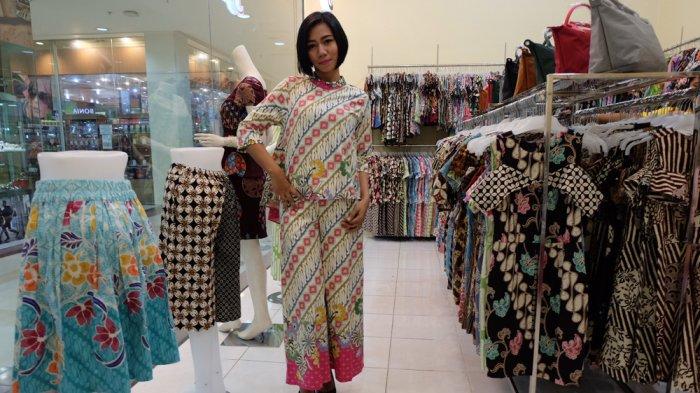 Modis dengan Setelan Batik dari Batik Modis