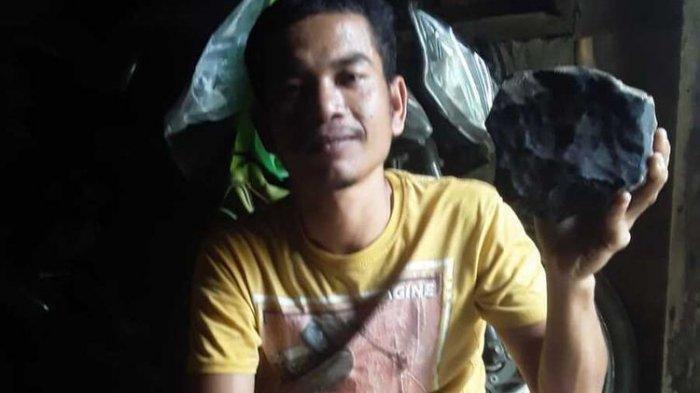 Josua Hutagalung (33) Mendadak Viral, Batu Meteor yang Menghantam Atap Rumahnya Ditawari Rp 1 Miliar